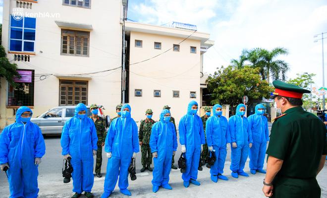 Hà Nội: Bộ tư lệnh Thủ đô dùng xe chuyên dụng, phun khử khuẩn toàn bộ thị trấn Quốc Oai - Ảnh 1.