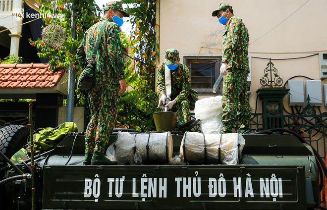 Hà Nội: Bộ tư lệnh Thủ đô dùng xe chuyên dụng, phun khử khuẩn toàn bộ thị trấn Quốc Oai - Ảnh 2.