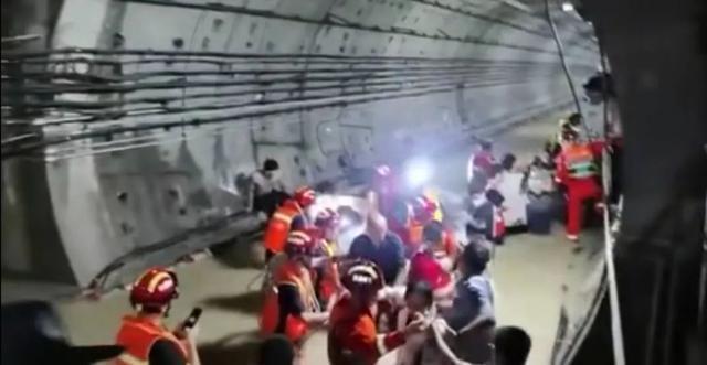 Vụ tàu cao tốc đang chở khách dừng đột ngột, chìm trong nước lũ ở TQ: Hành khách tuyệt vọng gọi cho người thân để từ biệt - Ảnh 4.