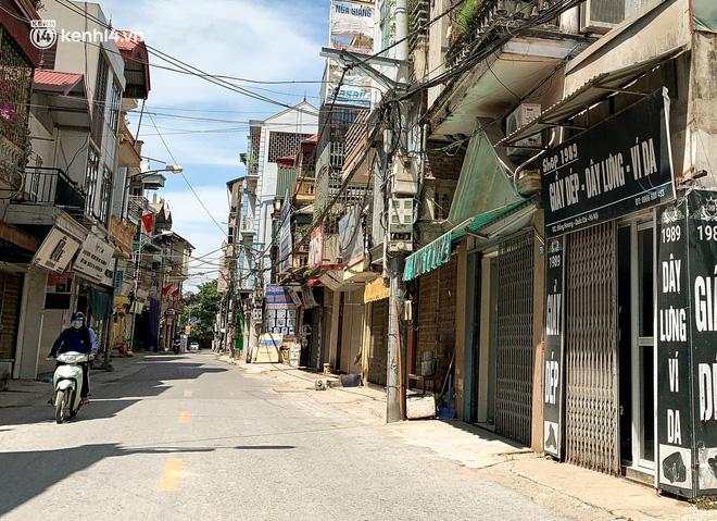 Hà Nội: Bộ tư lệnh Thủ đô dùng xe chuyên dụng, phun khử khuẩn toàn bộ thị trấn Quốc Oai - Ảnh 12.