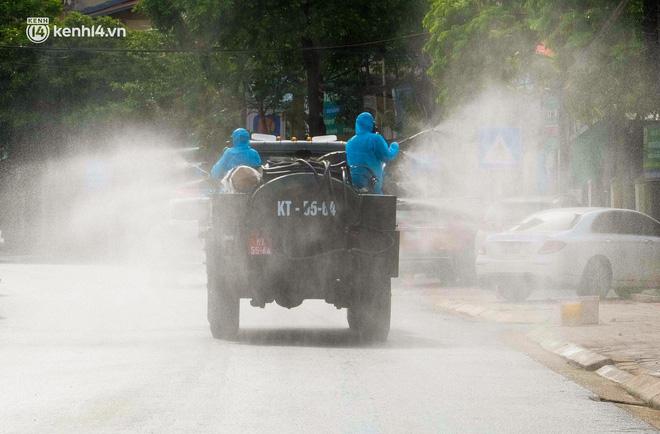 Hà Nội: Bộ tư lệnh Thủ đô dùng xe chuyên dụng, phun khử khuẩn toàn bộ thị trấn Quốc Oai - Ảnh 4.