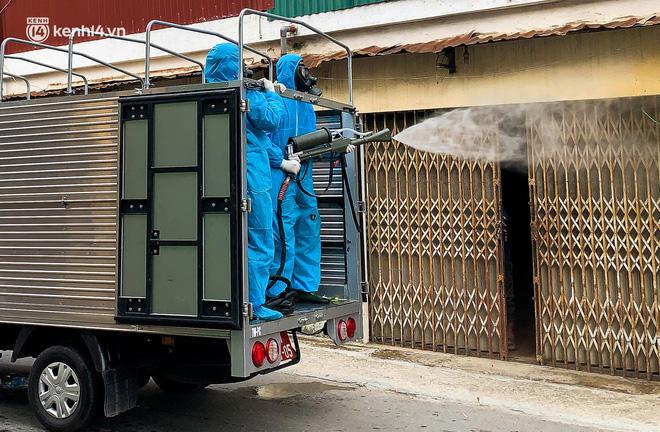 Hà Nội: Bộ tư lệnh Thủ đô dùng xe chuyên dụng, phun khử khuẩn toàn bộ thị trấn Quốc Oai - Ảnh 8.