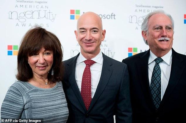 Tiết lộ người phụ nữ được tỷ phú Amazon ôm lấy đầu tiên khi quay về đất liền an toàn, kẻ thứ 3 cũng phải nhường chỗ - Ảnh 2.