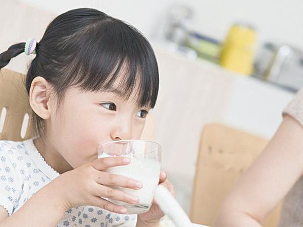 Cho rằng con gái uống sữa mỗi ngày khiến ngực nổi cục, dậy thì sớm nhưng nghe bác sĩ giải thích, người mẹ lại cảm thấy xấu hổ vì điều này  - Ảnh 1.