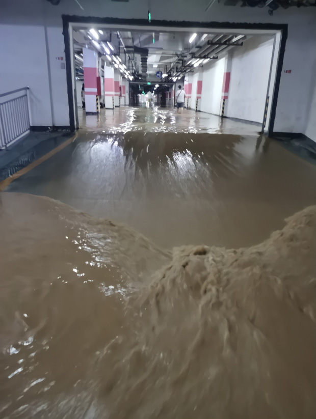 2 giờ kinh hoàng đối mặt với Tử thần của hàng trăm hành khách trên chuyến tàu bị mắc kẹt trong dòng nước lũ ngàn năm có một ở Trung Quốc - Ảnh 2.