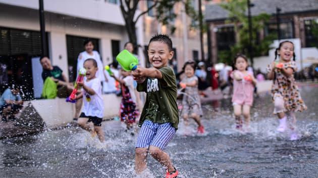 Nhận ra sai lầm chí mạng, Trung Quốc cho phép các gia đình sinh bao nhiêu con cũng được - Ảnh 1.