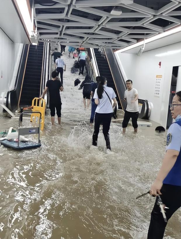 2 giờ kinh hoàng đối mặt với Tử thần của hàng trăm hành khách trên chuyến tàu bị mắc kẹt trong dòng nước lũ ngàn năm có một ở Trung Quốc - Ảnh 3.