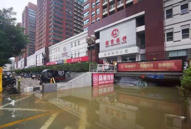Uống nước mưa cầm hơi suốt 3 ngày 3 đêm mắc kẹt tại hầm xe, người đàn ông sống sót thần kỳ trong trận mưa lũ ngàn năm có một ở Trung Quốc - Ảnh 2.