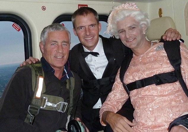 Màn nhảy dù cực chất của Nữ hoàng Anh tại Lễ khai mạc Olympic 2012 bỗng gây sốt trở lại và sự thật ít ai biết đằng sau - Ảnh 6.