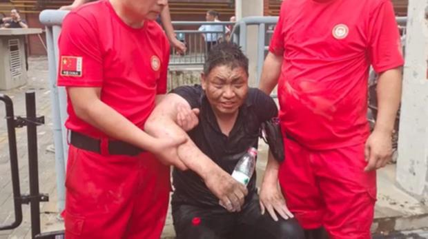 Uống nước bẩn 3 ngày 3 đêm vì bị mắc kẹt dưới hầm ngập nước sau trận lũ thảm khốc, người đàn ông đã hồi sinh ngoạn mục gây bão MXH - Ảnh 6.