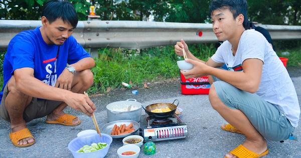Bữa cơm nấu vội ngay ven đường của tài xế nằm chờ gần 2 ngày để xin giấy luồng xanh vào Hà Nội - Ảnh 1.
