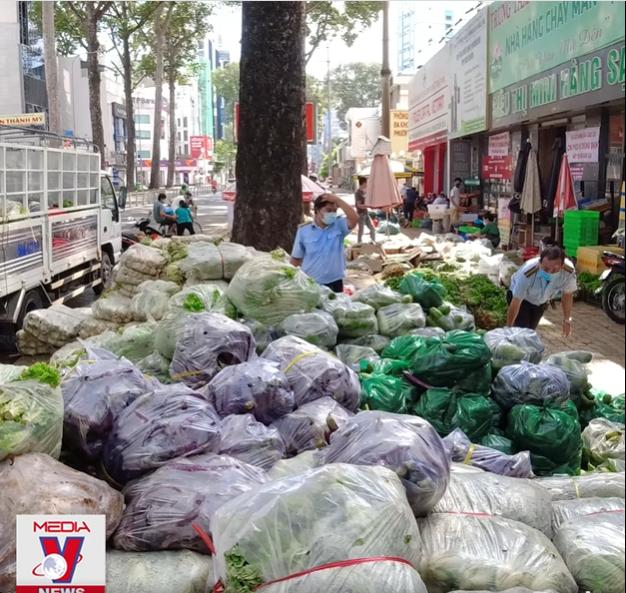 Góc ấm lòng ở Sài Gòn: Bà chủ chuỗi quán chay Mãn Tự mở 'chợ rau' 0 đồng lớn nhất Sài Gòn, mỗi ngày tặng 20 tấn rau & nấu 5-7 ngàn suất ăn - Ảnh 4.