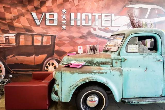 Khám phá V8 Hotel: Ngủ trên giường Mercedes-Benz, BMW, xung quanh toàn đồ cho hội cuồng xe - Ảnh 1.