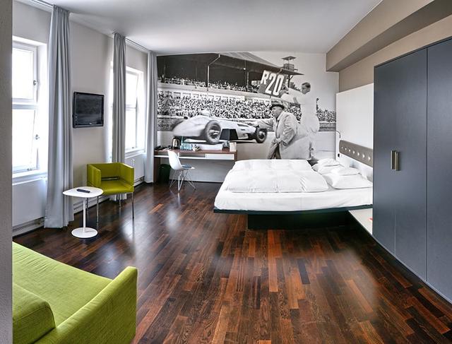 Khám phá V8 Hotel: Ngủ trên giường Mercedes-Benz, BMW, xung quanh toàn đồ cho hội cuồng xe - Ảnh 15.