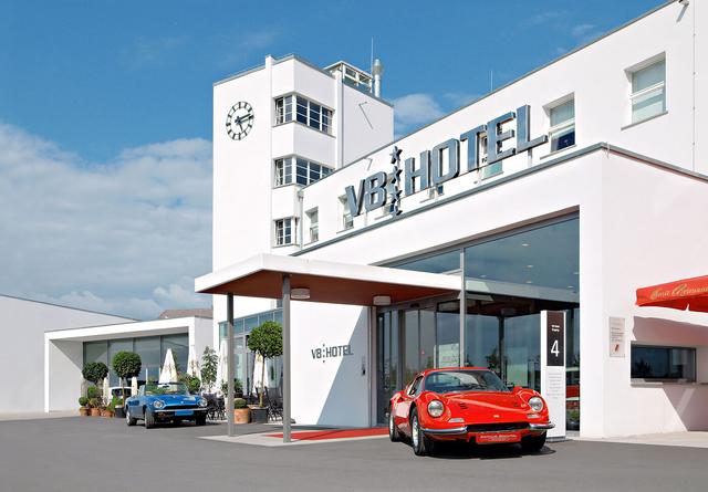 Khám phá V8 Hotel: Ngủ trên giường Mercedes-Benz, BMW, xung quanh toàn đồ cho hội cuồng xe - Ảnh 16.