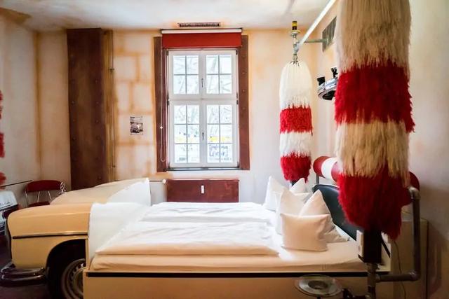 Khám phá V8 Hotel: Ngủ trên giường Mercedes-Benz, BMW, xung quanh toàn đồ cho hội cuồng xe - Ảnh 7.
