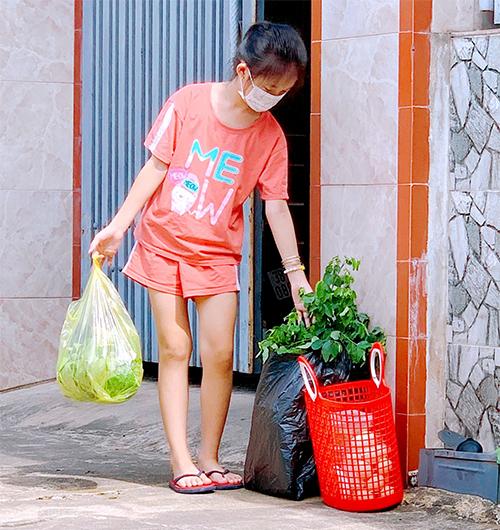 Nhận đồ đi chợ đưa đến tận nhà, tôi có cần xịt khử khuẩn toàn bộ trước khi cầm vào gói hàng? - Ảnh 2.