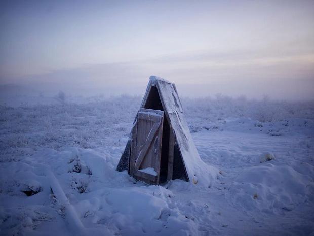 YouTuber đánh liều tới thăm thành phố lạnh nhất thế giới, buốt giá gấp 2 lần Bắc Cực và gần như chẳng bao giờ thấy mặt trời - Ảnh 8.