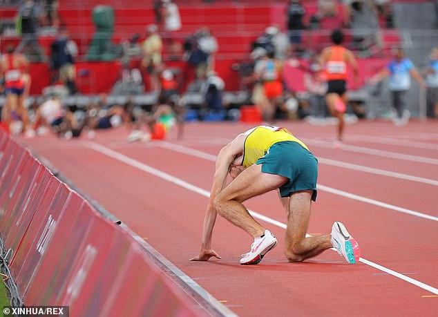 Xúc động khoảnh khắc VĐV đổ gục vì kiệt sức vẫn cố gắng gượng dậy hoàn tất phần thi tại Olympic Tokyo - Ảnh 2.