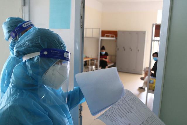 Mách nhau tắm nước ấm, xông tinh dầu, phơi nắng tiêu diệt virus SARS-CoV-2: Bác sĩ tiết lộ sự thật - Ảnh 1.