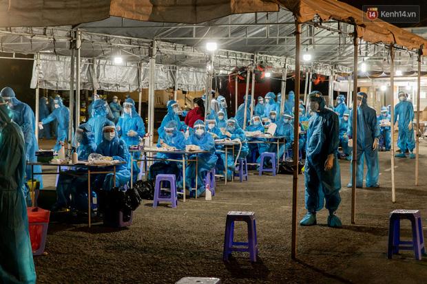 Ảnh, clip: Xuyên đêm lấy mẫu xét nghiệm Covid-19 cho 8.000 người tại chợ đầu mối nông sản Thủ Đức - Ảnh 1.