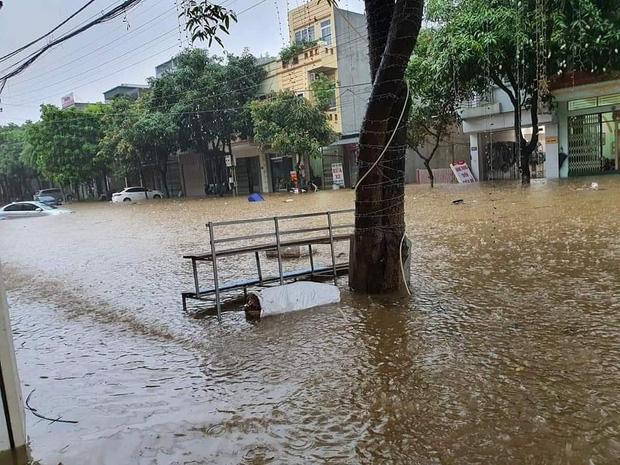 Ảnh: Thành phố Lào Cai chìm trong biển nước, nhiều nhà, ô tô ngập sâu sau trận mưa lớn - Ảnh 1.