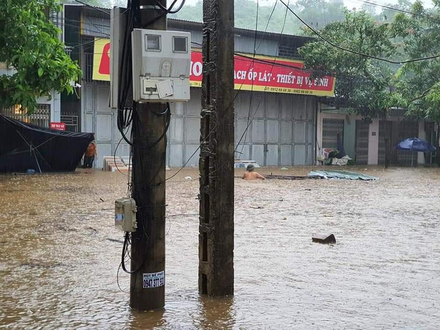 Ảnh: Thành phố Lào Cai chìm trong biển nước, nhiều nhà, ô tô ngập sâu sau trận mưa lớn - Ảnh 2.