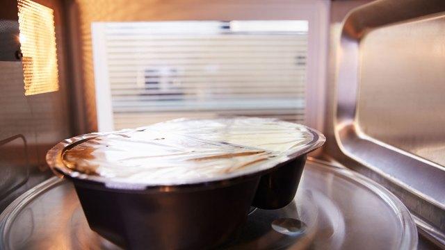 Rã đông thịt bằng nhiệt độ phòng hay lò vi sóng? Có lẽ cách chúng ta vẫn làm không an toàn như vẫn nghĩ - Ảnh 1.