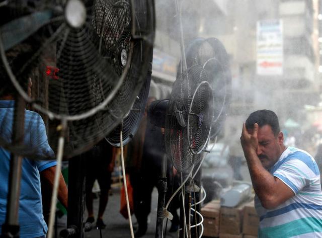Nợ tiền điện mãi không trả, Iraq bị 'hàng xóm' Iran cắt điện ngay giữa cái nóng 50 độ C - Ảnh 1.