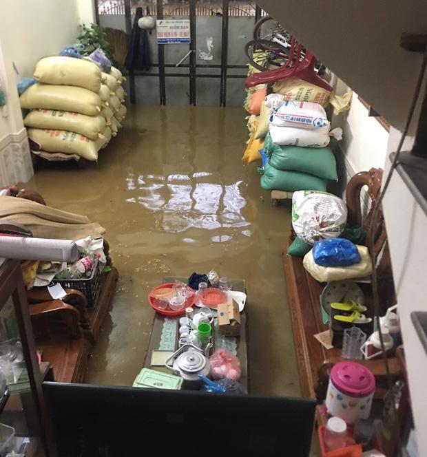 Ảnh: Thành phố Lào Cai chìm trong biển nước, nhiều nhà, ô tô ngập sâu sau trận mưa lớn - Ảnh 4.