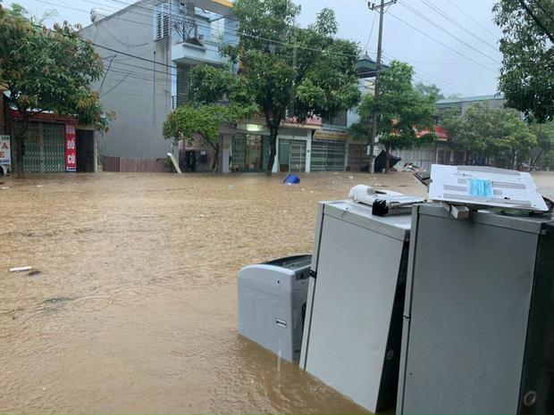Ảnh: Thành phố Lào Cai chìm trong biển nước, nhiều nhà, ô tô ngập sâu sau trận mưa lớn - Ảnh 5.