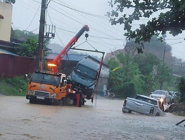 Ảnh: Thành phố Lào Cai chìm trong biển nước, nhiều nhà, ô tô ngập sâu sau trận mưa lớn - Ảnh 6.