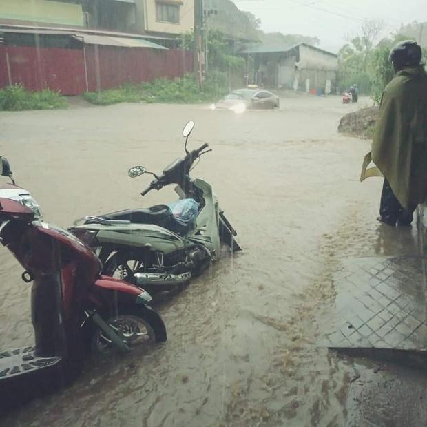 Ảnh: Thành phố Lào Cai chìm trong biển nước, nhiều nhà, ô tô ngập sâu sau trận mưa lớn - Ảnh 7.