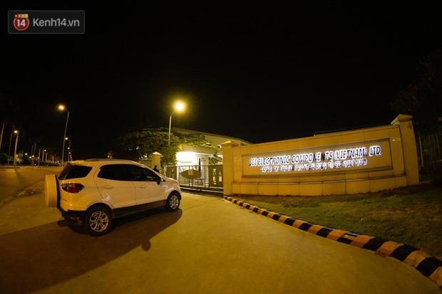 Ca dương tính SARS-CoV-2 mới tại Hà Nội: Công nhân chờ xét nghiệm xuyên đêm, nhiều người trò chuyện quên đeo khẩu trang - Ảnh 1.