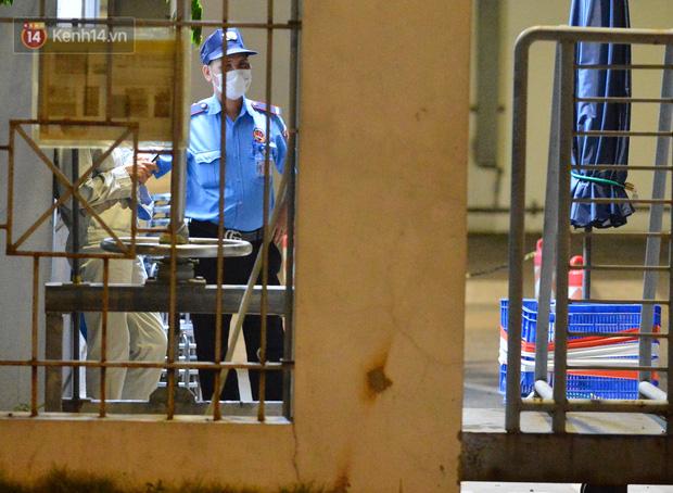 Ca dương tính SARS-CoV-2 mới tại Hà Nội: Công nhân chờ xét nghiệm xuyên đêm, nhiều người trò chuyện quên đeo khẩu trang - Ảnh 2.