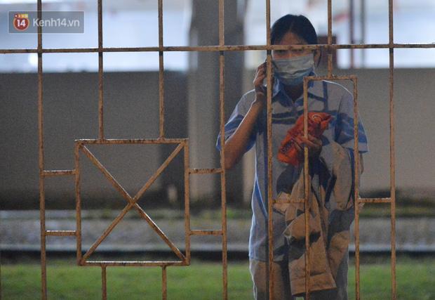 Ca dương tính SARS-CoV-2 mới tại Hà Nội: Công nhân chờ xét nghiệm xuyên đêm, nhiều người trò chuyện quên đeo khẩu trang - Ảnh 12.