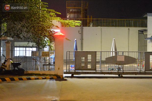 Ca dương tính SARS-CoV-2 mới tại Hà Nội: Công nhân chờ xét nghiệm xuyên đêm, nhiều người trò chuyện quên đeo khẩu trang - Ảnh 13.