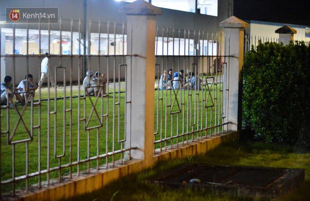 Ca dương tính SARS-CoV-2 mới tại Hà Nội: Công nhân chờ xét nghiệm xuyên đêm, nhiều người trò chuyện quên đeo khẩu trang - Ảnh 14.
