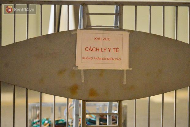 Ca dương tính SARS-CoV-2 mới tại Hà Nội: Công nhân chờ xét nghiệm xuyên đêm, nhiều người trò chuyện quên đeo khẩu trang - Ảnh 3.