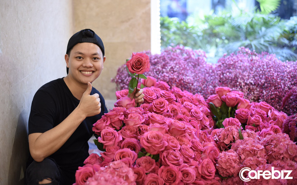 8 tuổi đi bẻ bắp thuê, chàng trai nghèo thành nghệ sĩ được Forbes vinh danh: Người Việt đầu tiên gia nhập hiệp hội Thiết kế Hoa Hoa Kỳ, thu cả tỷ đồng/tháng nhờ hoa lá - Ảnh 1.