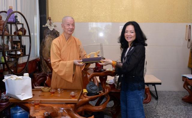 Lộ diện người vợ tào khang kín tiếng phía sau tỷ phú Hồ Hùng Anh: Sở hữu khối tài sản hơn 10.000 tỷ đồng, là 1 trong 3 vị phu nhân giàu nhất sàn chứng khoán - Ảnh 2.