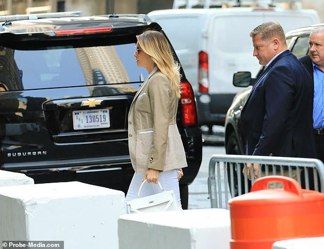 Cựu Đệ Nhất Phu nhân Mỹ  xuất hiện chớp nhoáng tại Tháp Trump, đặc biệt gây thu hút với thần thái ở tuổi 51 dù ăn vận giản dị - Ảnh 6.