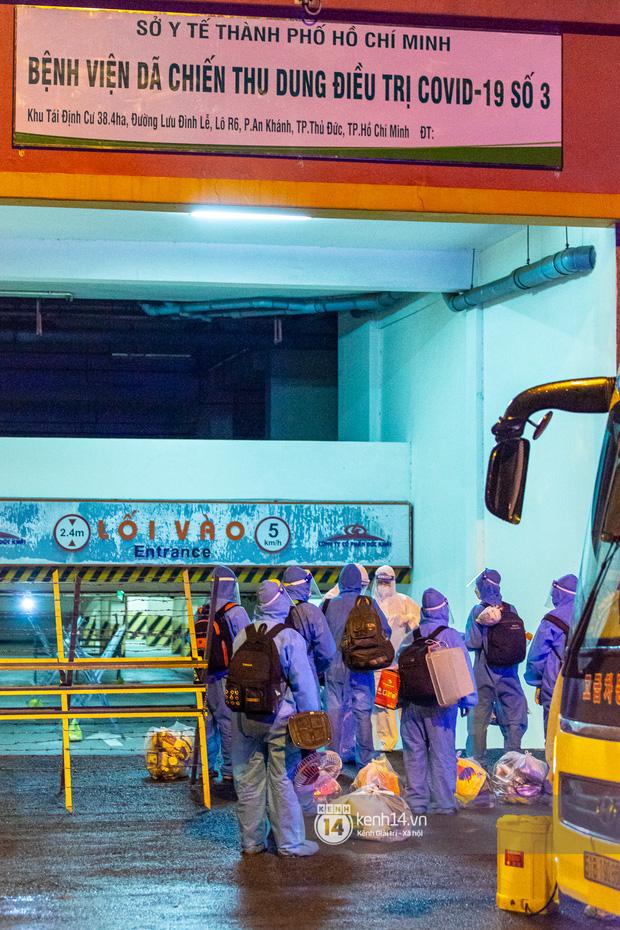 Chùm ảnh: Đoàn xe chở bệnh nhân Covid-19 nối đuôi nhau đến Bệnh viện dã chiến ở Sài Gòn trong cơn mưa đêm - Ảnh 1.