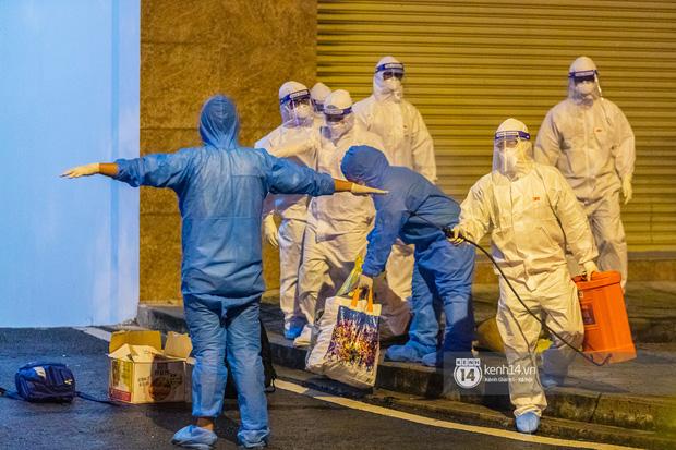 Chùm ảnh: Đoàn xe chở bệnh nhân Covid-19 nối đuôi nhau đến Bệnh viện dã chiến ở Sài Gòn trong cơn mưa đêm - Ảnh 18.
