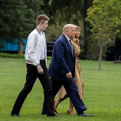 """""""Quý tử nước Mỹ"""" Barron Trump lộ diện xách túi cho mẹ tại toà nhà của gia đình, gây choáng với chiều cao hiện tại đã hơn 2m - Ảnh 7."""