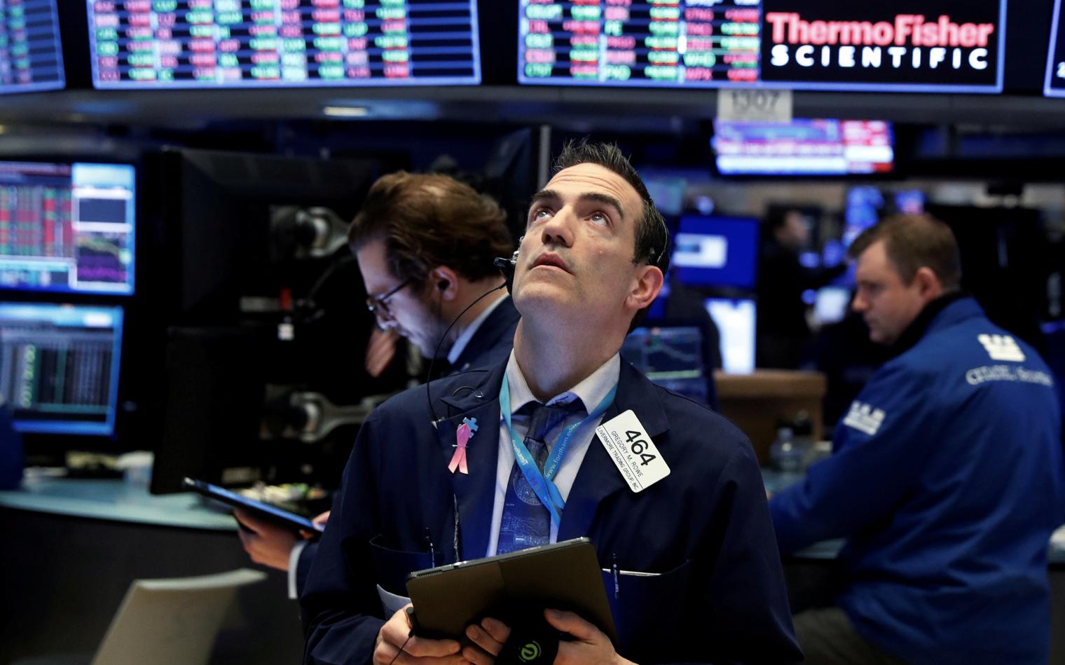 Sắc đỏ tràn ngập Phố Wall vì nỗi lo về sự hồi phục kinh tế, Dow Jones có lúc rớt hơn 500 điểm
