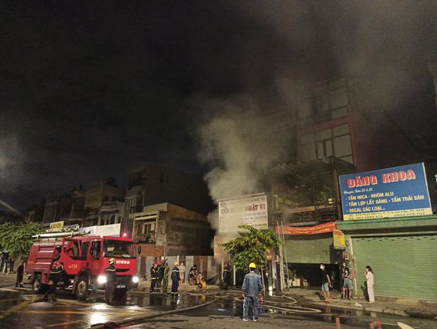 TP.HCM: Căn nhà cháy dữ dội trong thời điểm cách ly xã hội theo Chỉ thị 16 - Ảnh 2.