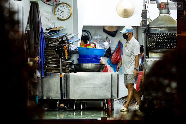 Ảnh, clip: Tấp nập những đơn hàng bán mang về cuối cùng ở Sài Gòn trước giờ giãn cách toàn thành phố - Ảnh 11.