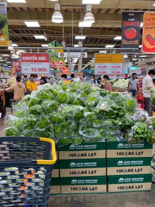 Trái ngược với cảnh trống trơn, các kệ siêu thị lại đầy ăm ắp rau củ, cá tôm trong ngày đầu TP.HCM giãn cách xã hội - Ảnh 15.
