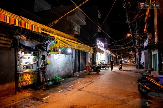 Ảnh, clip: Tấp nập những đơn hàng bán mang về cuối cùng ở Sài Gòn trước giờ giãn cách toàn thành phố - Ảnh 3.